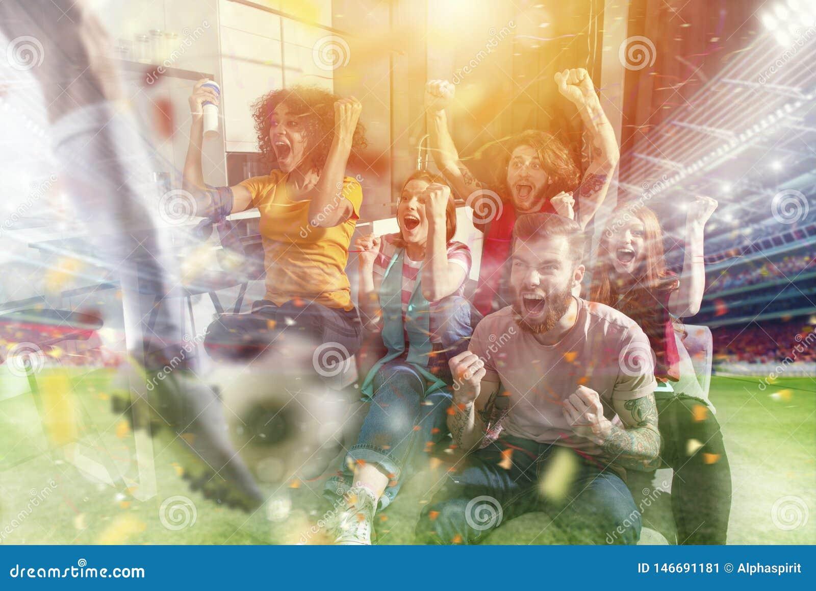 Szczęśliwi przyjaciele ogląda piłkę nożną na tv i świętuje zwycięstwo z spada confetti fan piłki nożnej podw?jny nara?enia