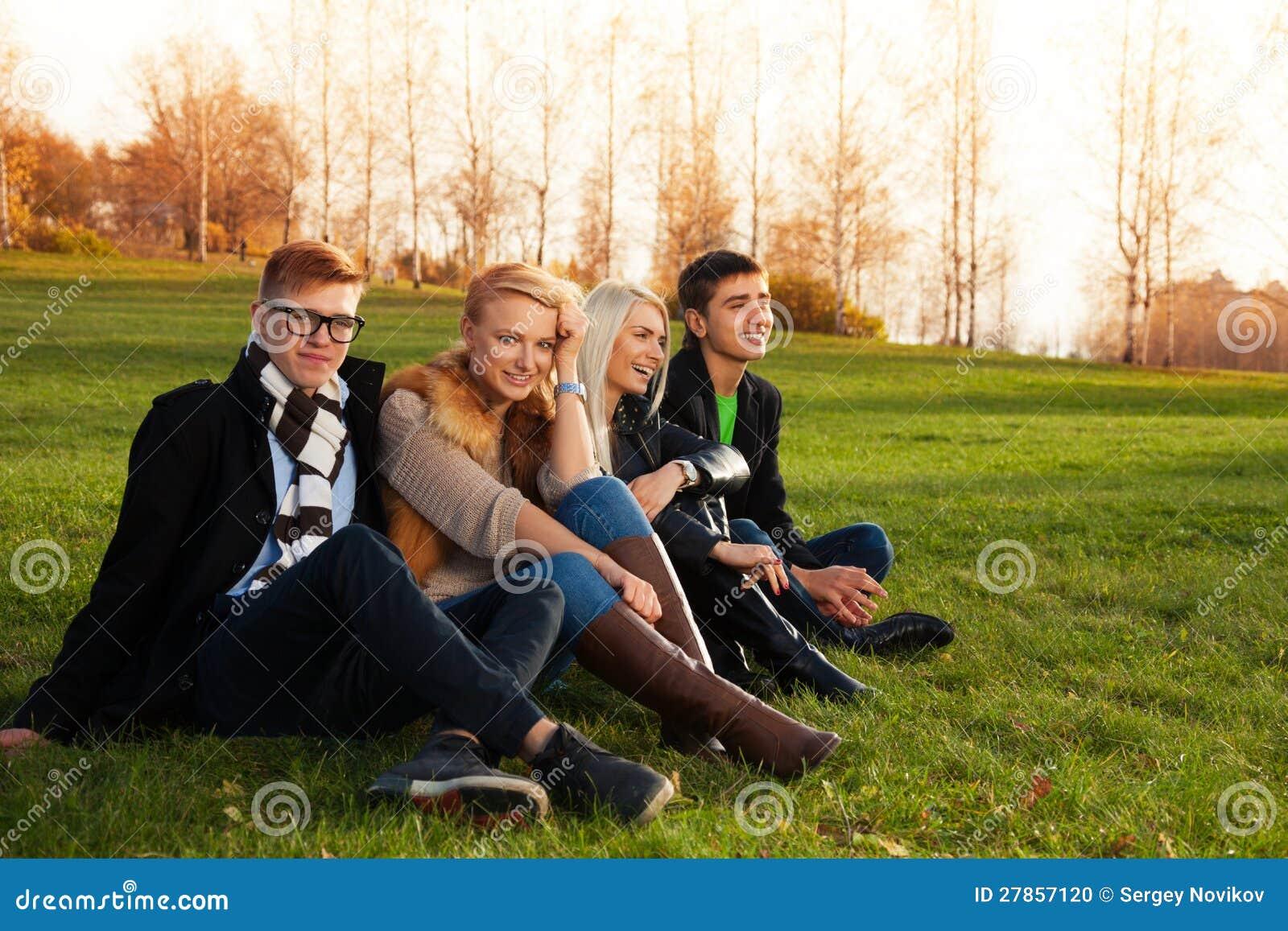 Szczęśliwi przyjaciele target116_1_ na zielonej trawie