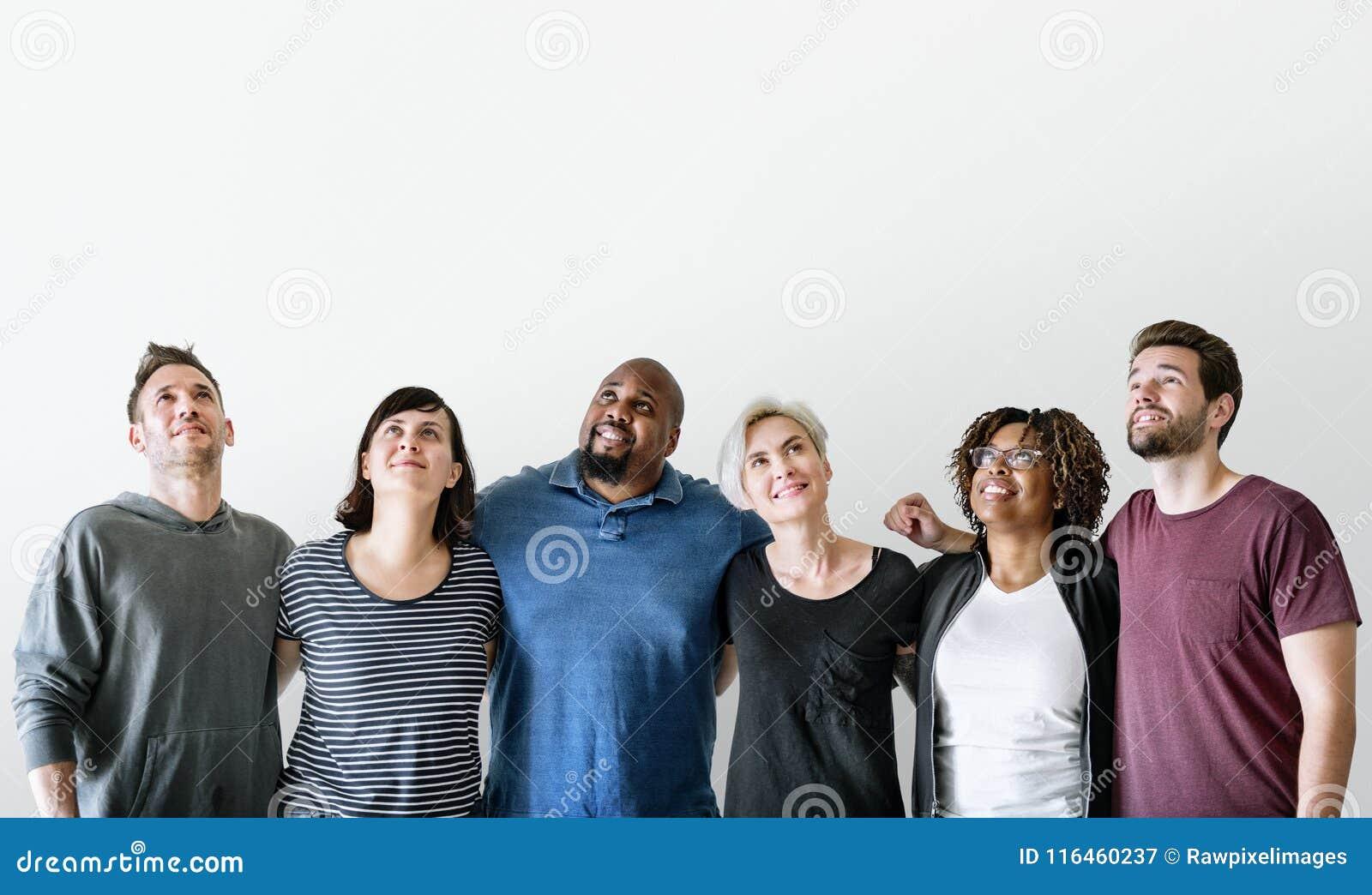 Szczęśliwi różnorodni przyjaciele stoi wpólnie