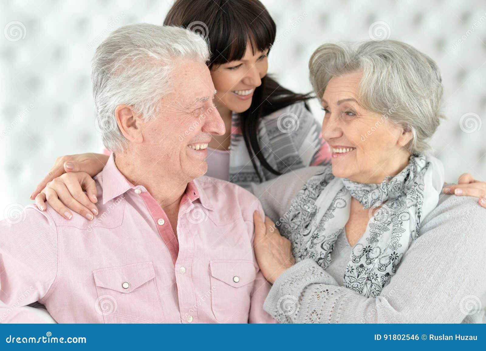 Szczęśliwi rodzice z dorosłą córką