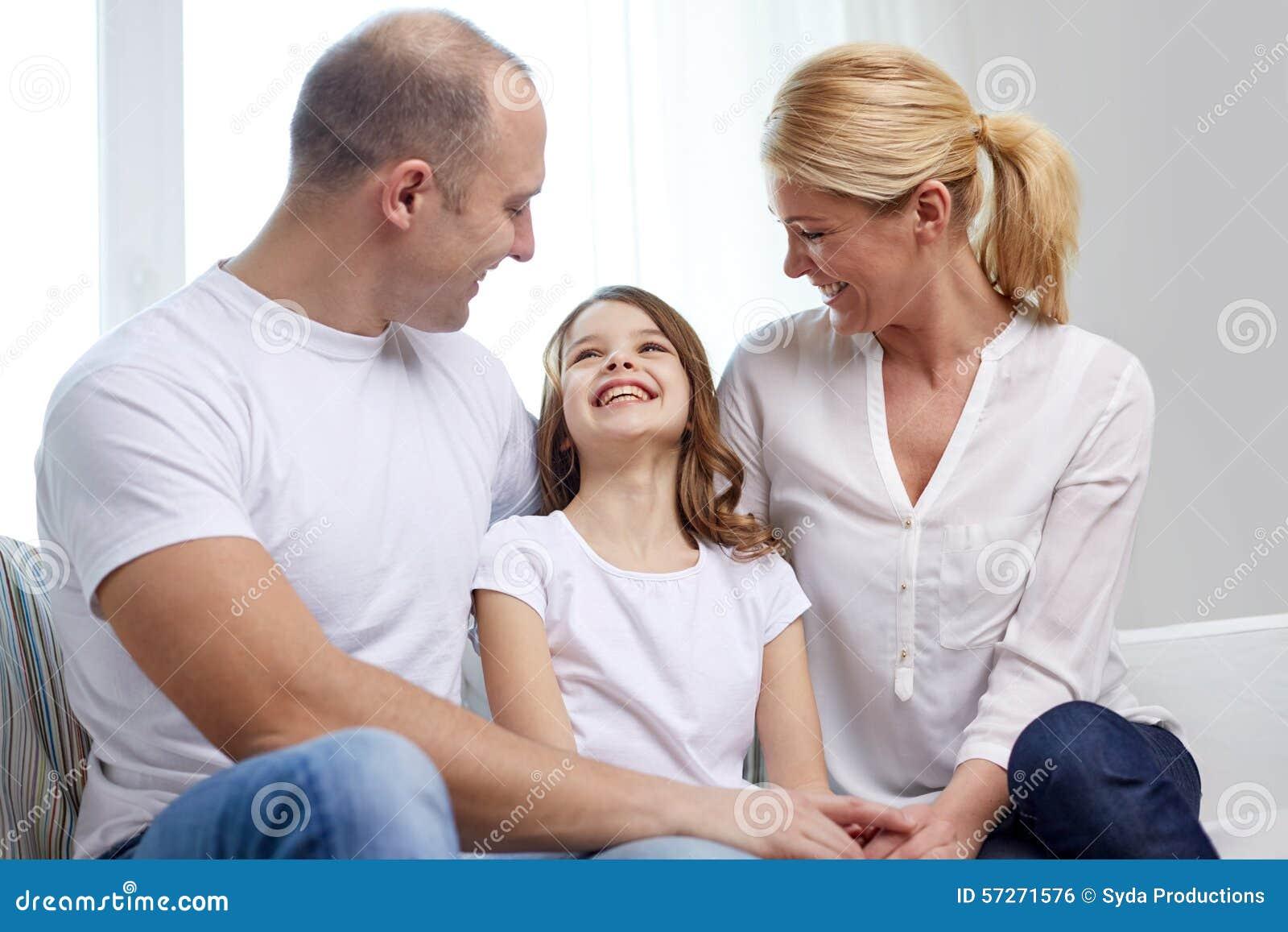 Szczęśliwi rodzice z małą córką w domu