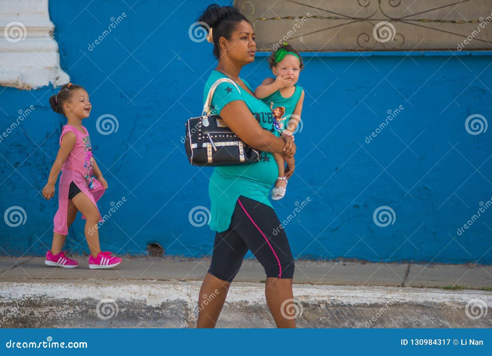 Szczęśliwi Starzy Kubańscy ludzie kobiety i dziecko w ulicie Karaibski communism Kuba, Ameryka