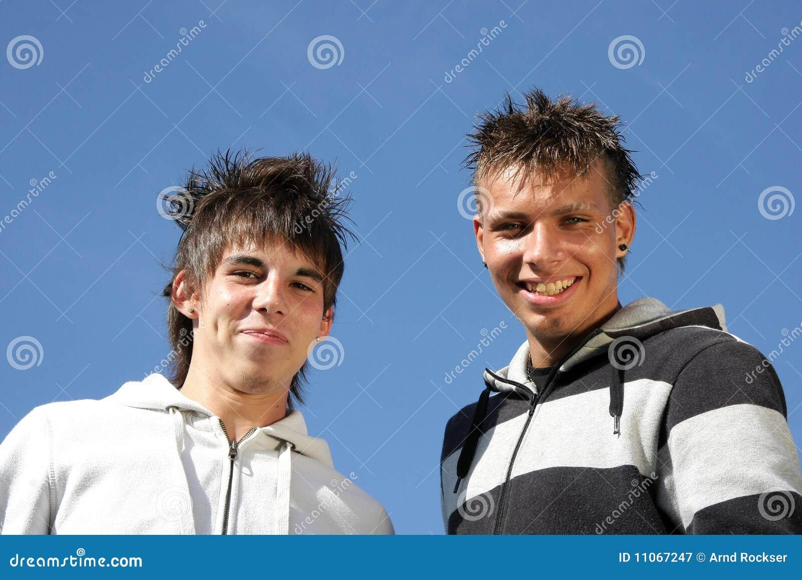 Szczęśliwi uśmiechnięci nastolatkowie dwa