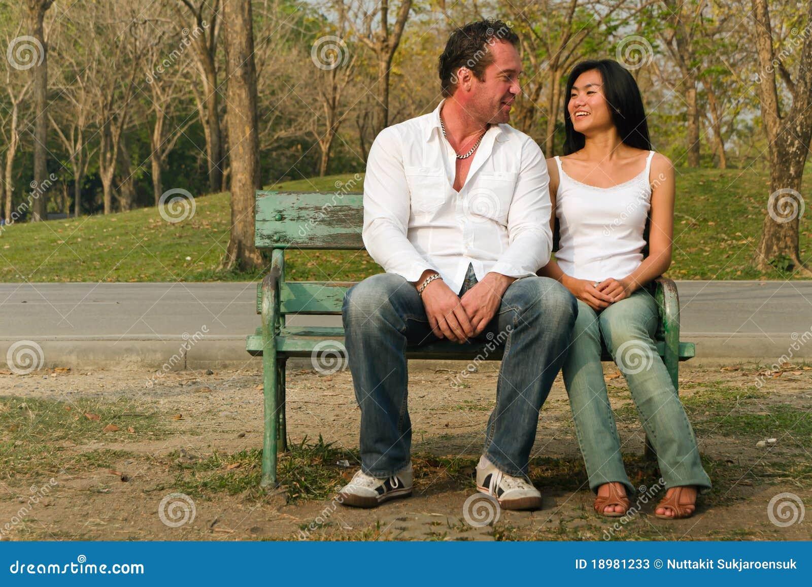 Szczęśliwie siedzieć gawędzenie pary