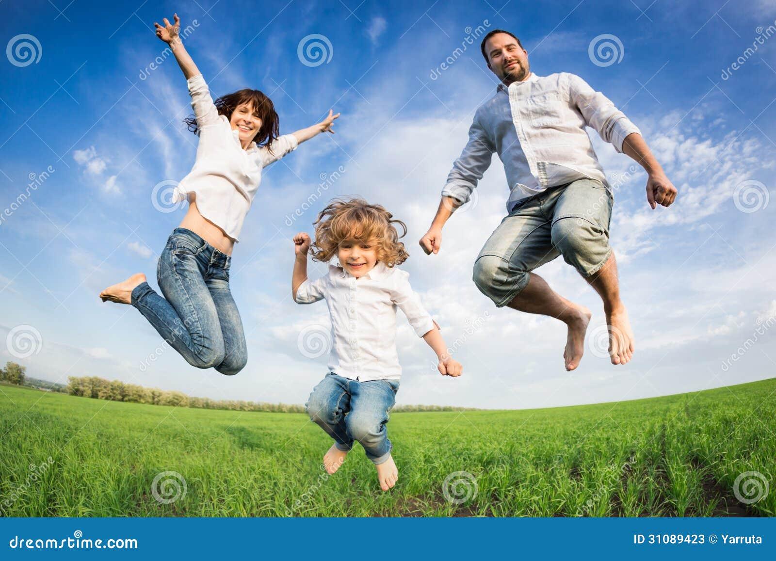 Szczęśliwy aktywny rodzinny doskakiwanie