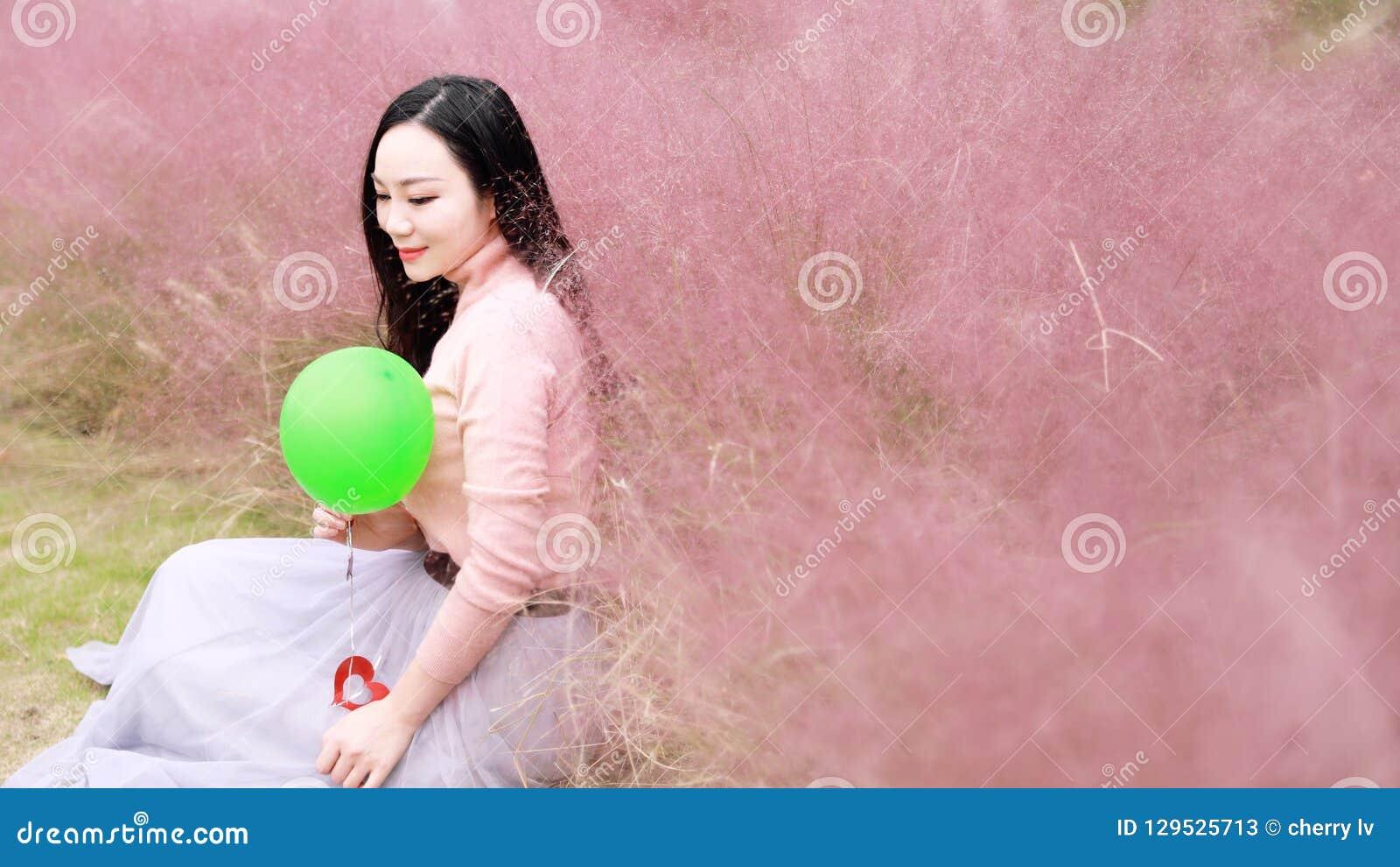 Szczęśliwy Azjatycki Chiński kobiety dziewczyny odczucia wolności sen modli się kwiatu pola spadku parka trawy gazonu nadziei ksi