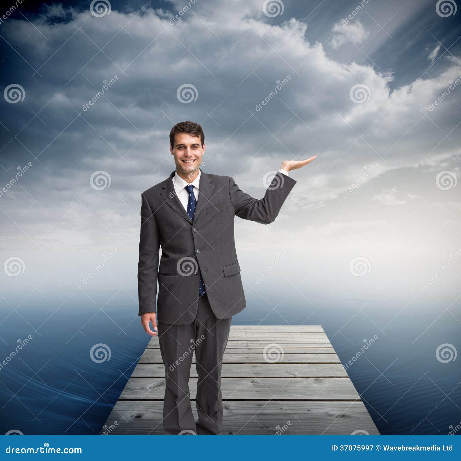 Download Szczęśliwy Biznesmena Przedstawiać Obraz Stock - Obraz złożonej z natura, basen: 37075997
