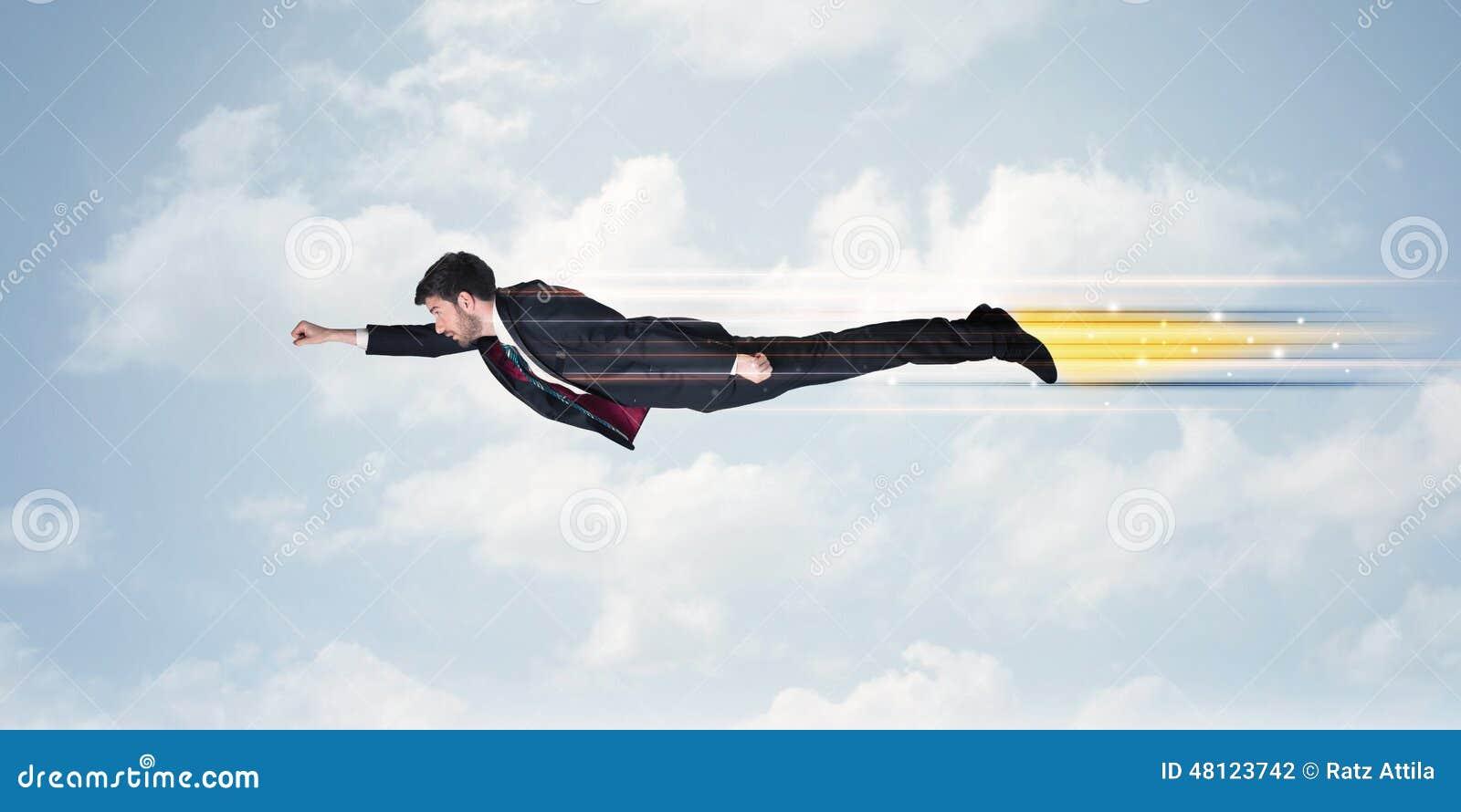 Szczęśliwy biznesowego mężczyzna latania post na niebie między chmurami