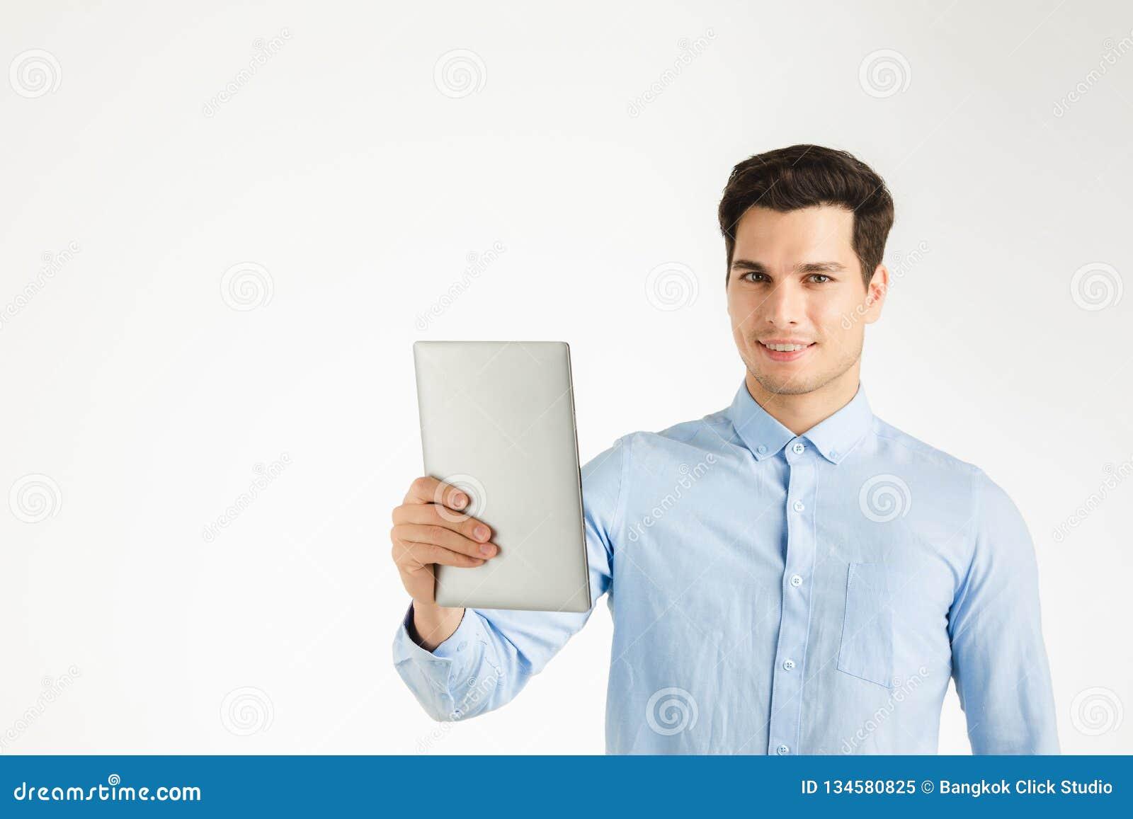 Szczęśliwy biznesowy mężczyzna przedstawia pastylkę