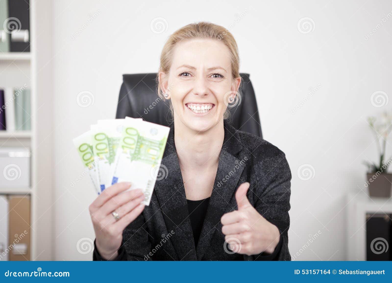 Szczęśliwy bizneswoman Trzyma gotówkę w aprobatach