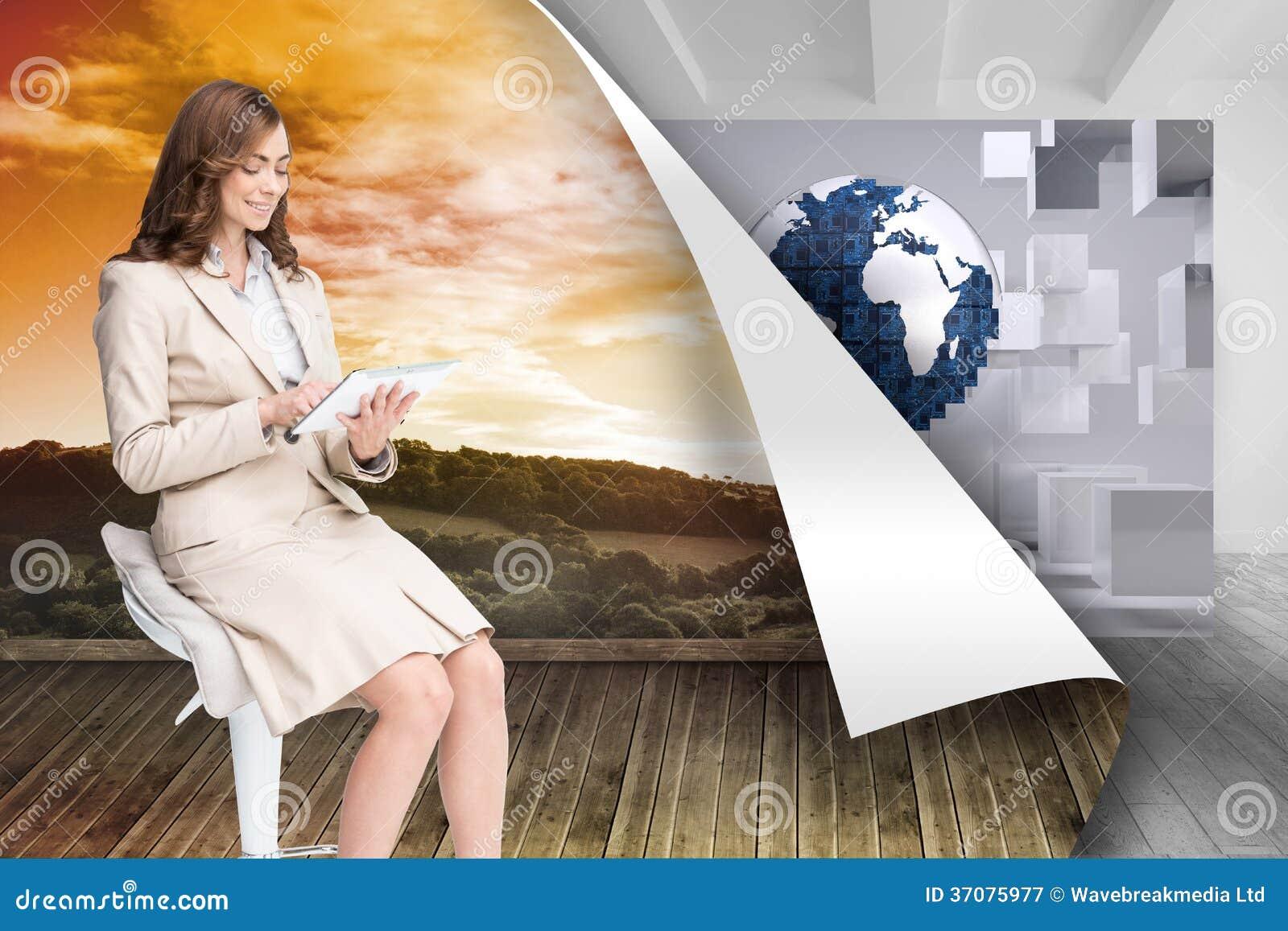 Download Szczęśliwy Bizneswoman Używa Pastylkę Ilustracji - Ilustracja złożonej z kobiety, sunshine: 37075977