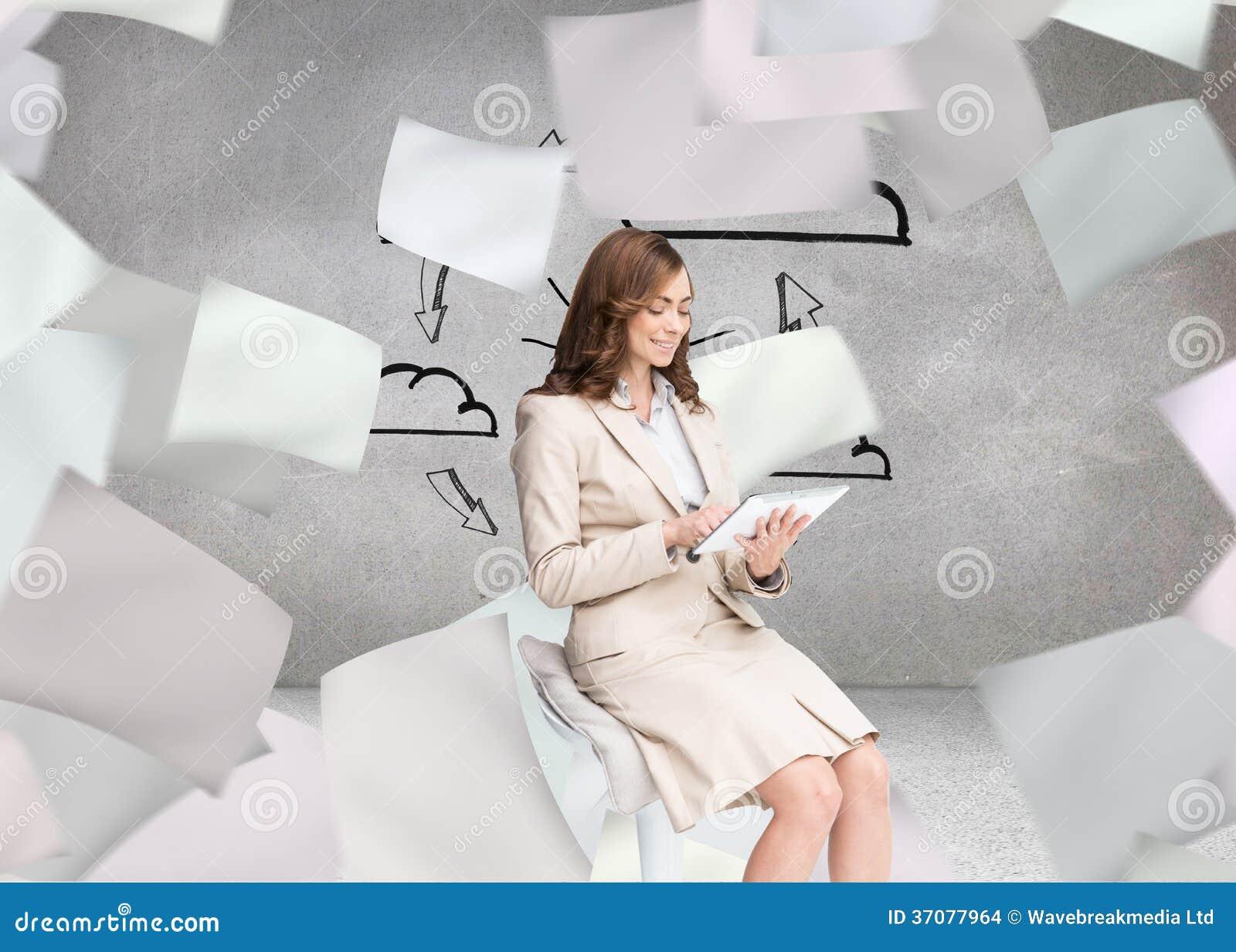 Download Szczęśliwy Bizneswoman Używa Pastylkę Ilustracji - Ilustracja złożonej z żarówka, innovate: 37077964
