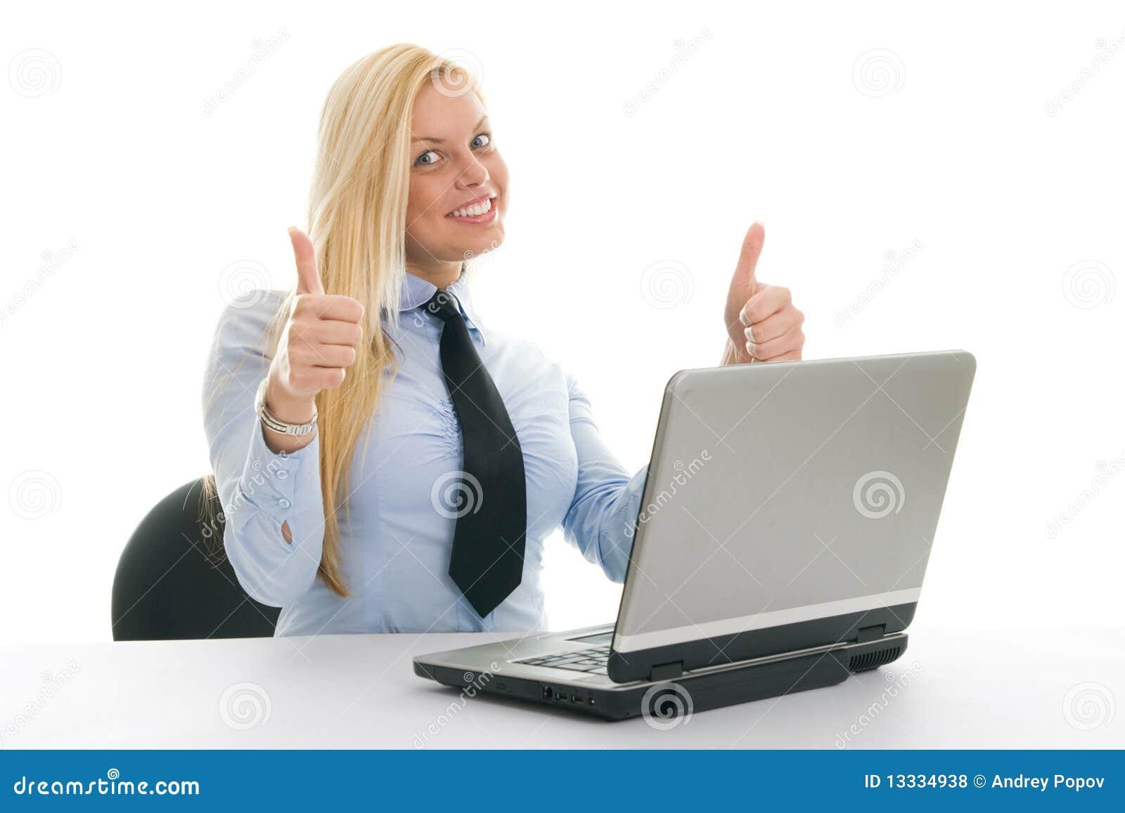 Szczęśliwy bizneswomanu laptop
