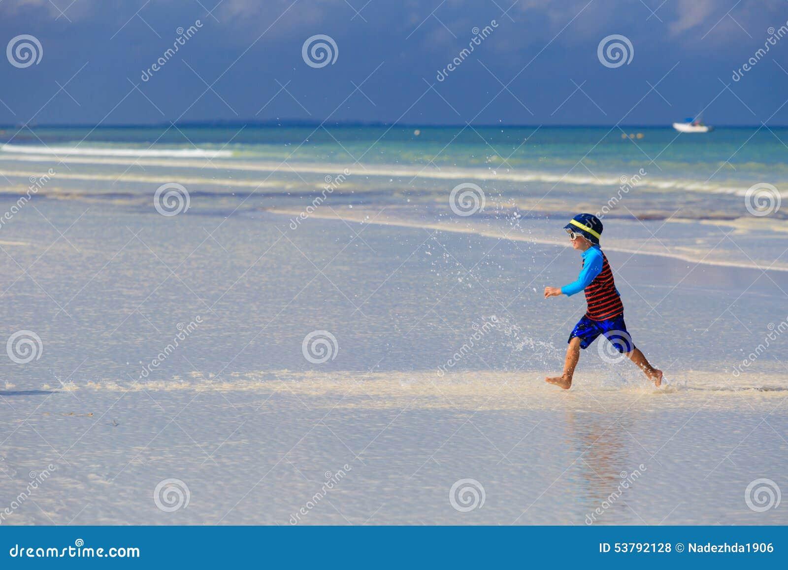 Szczęśliwy chłopiec bieg na lato plaży
