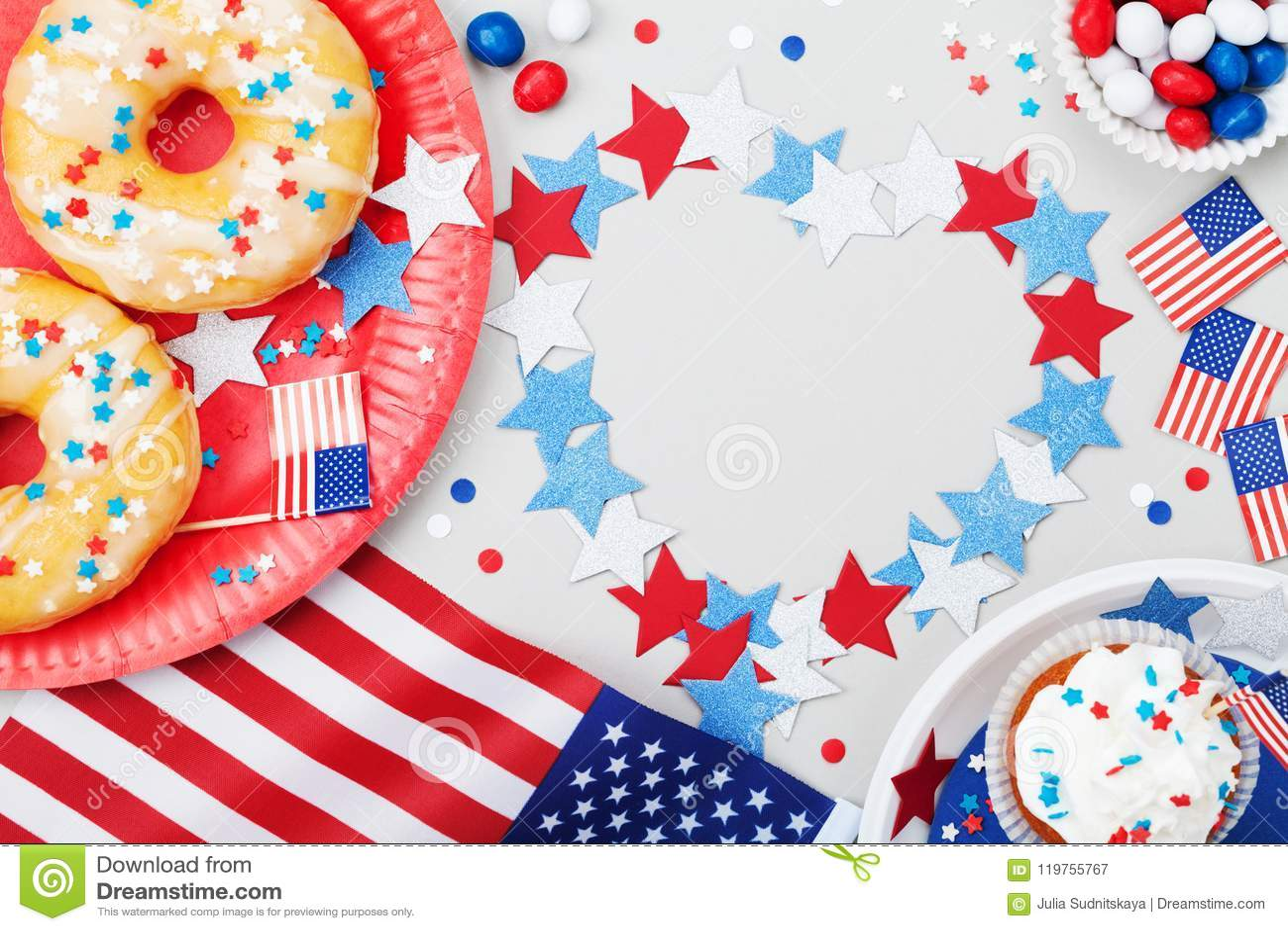 Szczęśliwy dnia niepodległości 4th Lipa tło z flaga amerykańską dekorującą słodcy foods, gwiazdy i confetti, Wakacje stół