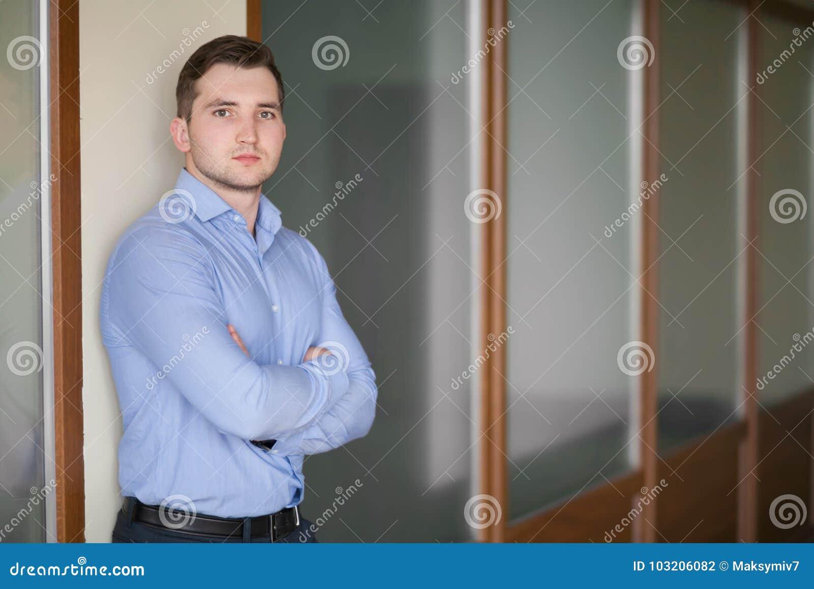 Szczęśliwy dojrzały biznesowy mężczyzna patrzeje kamerę z satysfakcją przy biurem