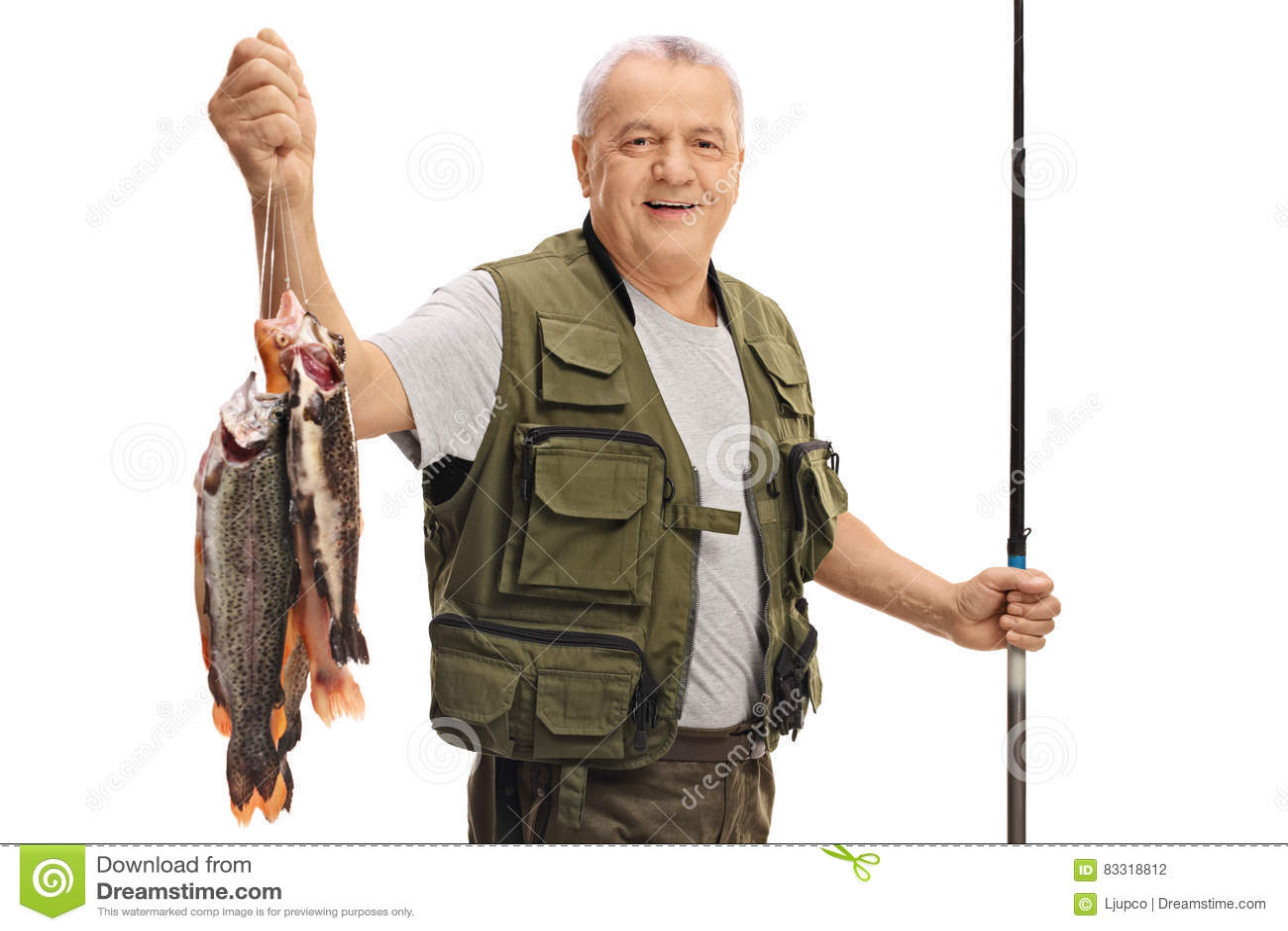 Szczęśliwy dojrzały rybak z świeżym połowu prąciem i chwytem