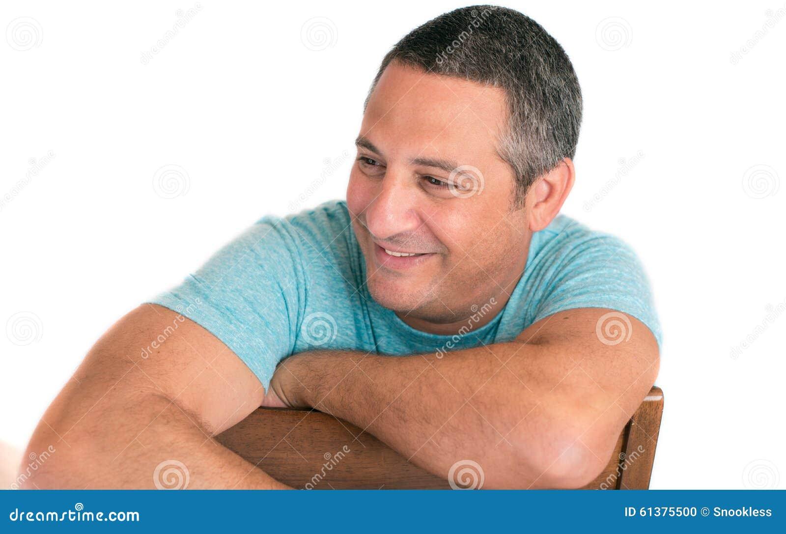 Szczęśliwy dorośleć mężczyzna ono uśmiecha się