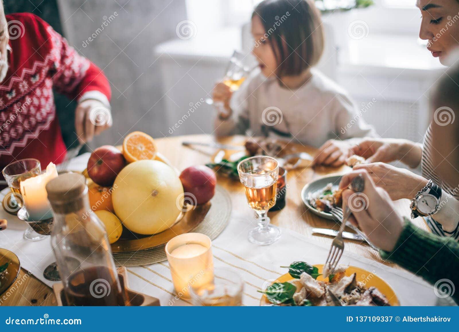 Szczęśliwy dziękczynienia świętowanie z krewnymi