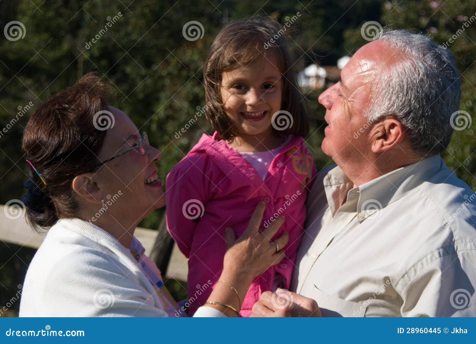 Szczęśliwy dziad, babcia i wnuk,