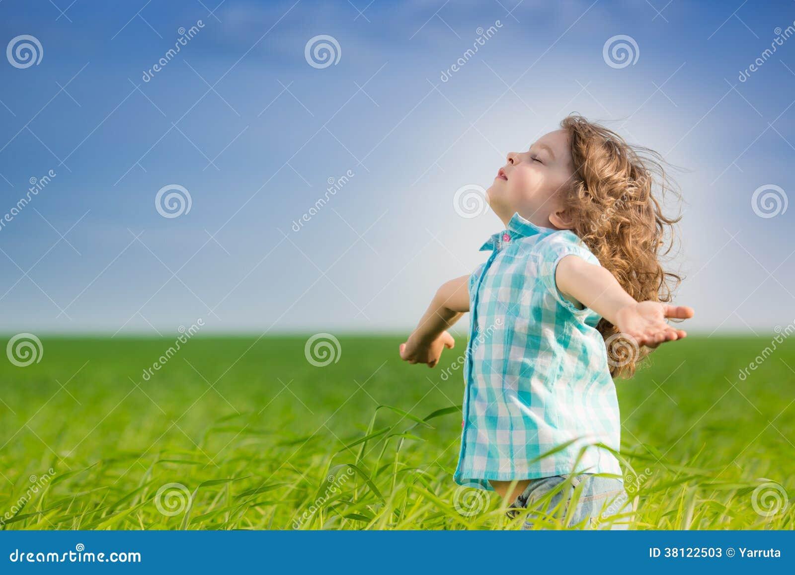 Szczęśliwy dzieciak z nastroszonymi rękami