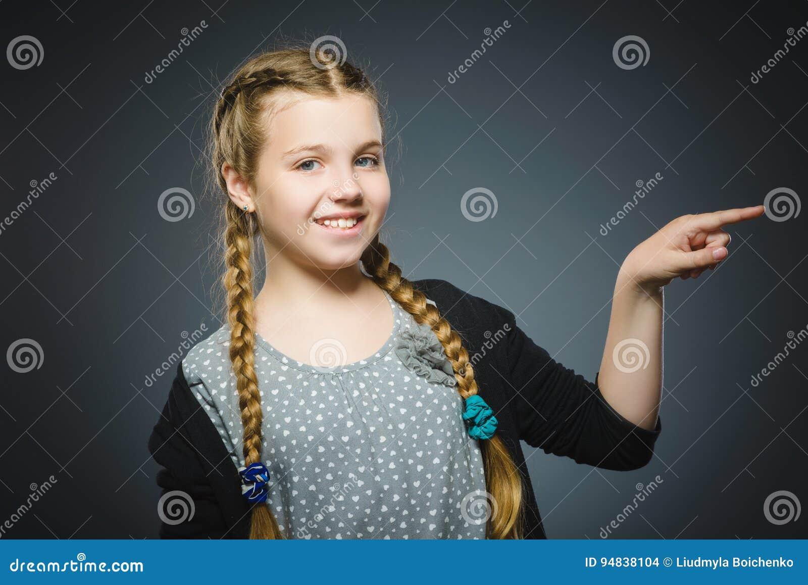 Szczęśliwy dziecka przedstawienie na coś Zbliżenie portret przystojny dziewczyny ono uśmiecha się