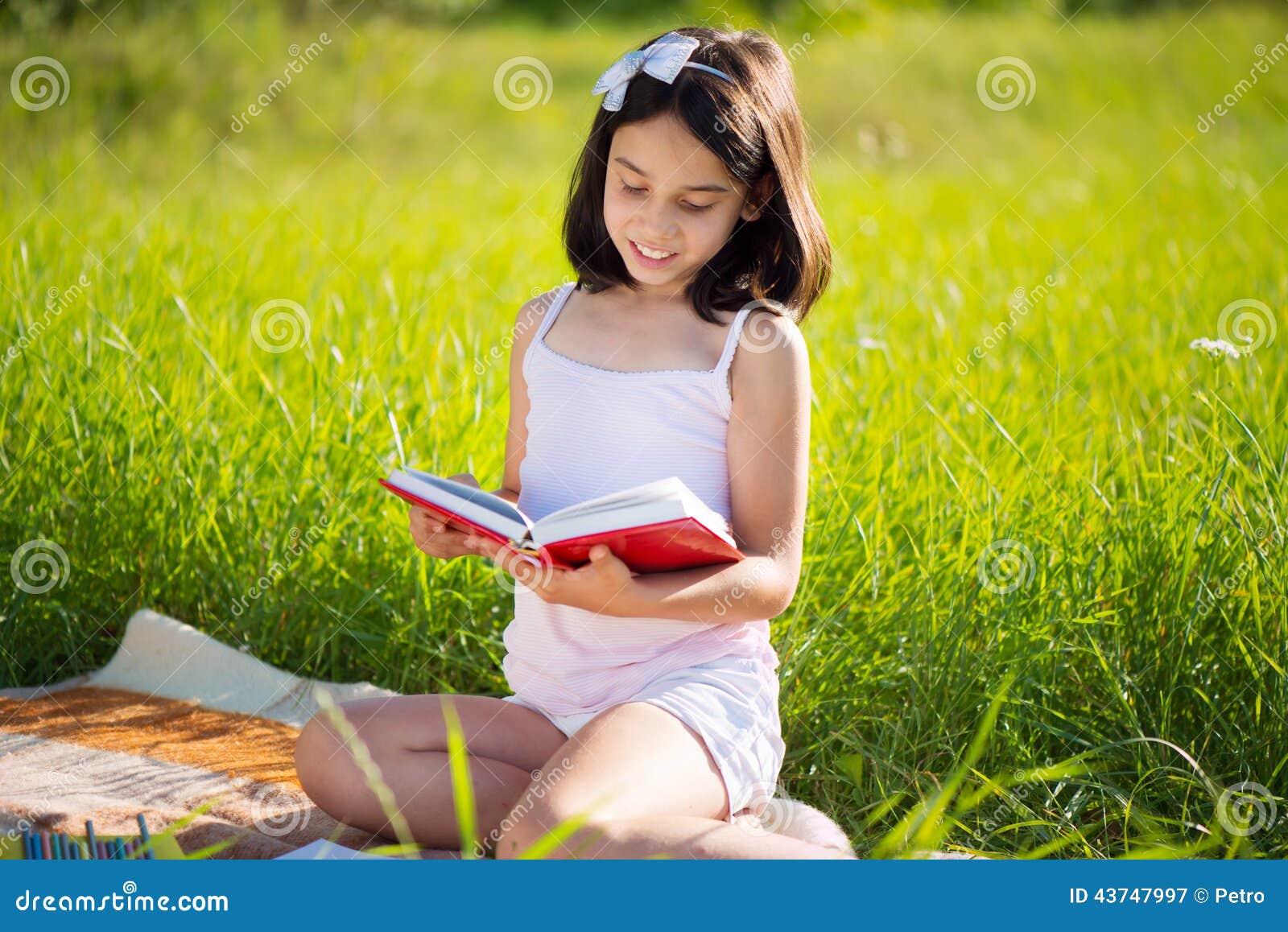 Szczęśliwy dziecka studiowanie na naturze