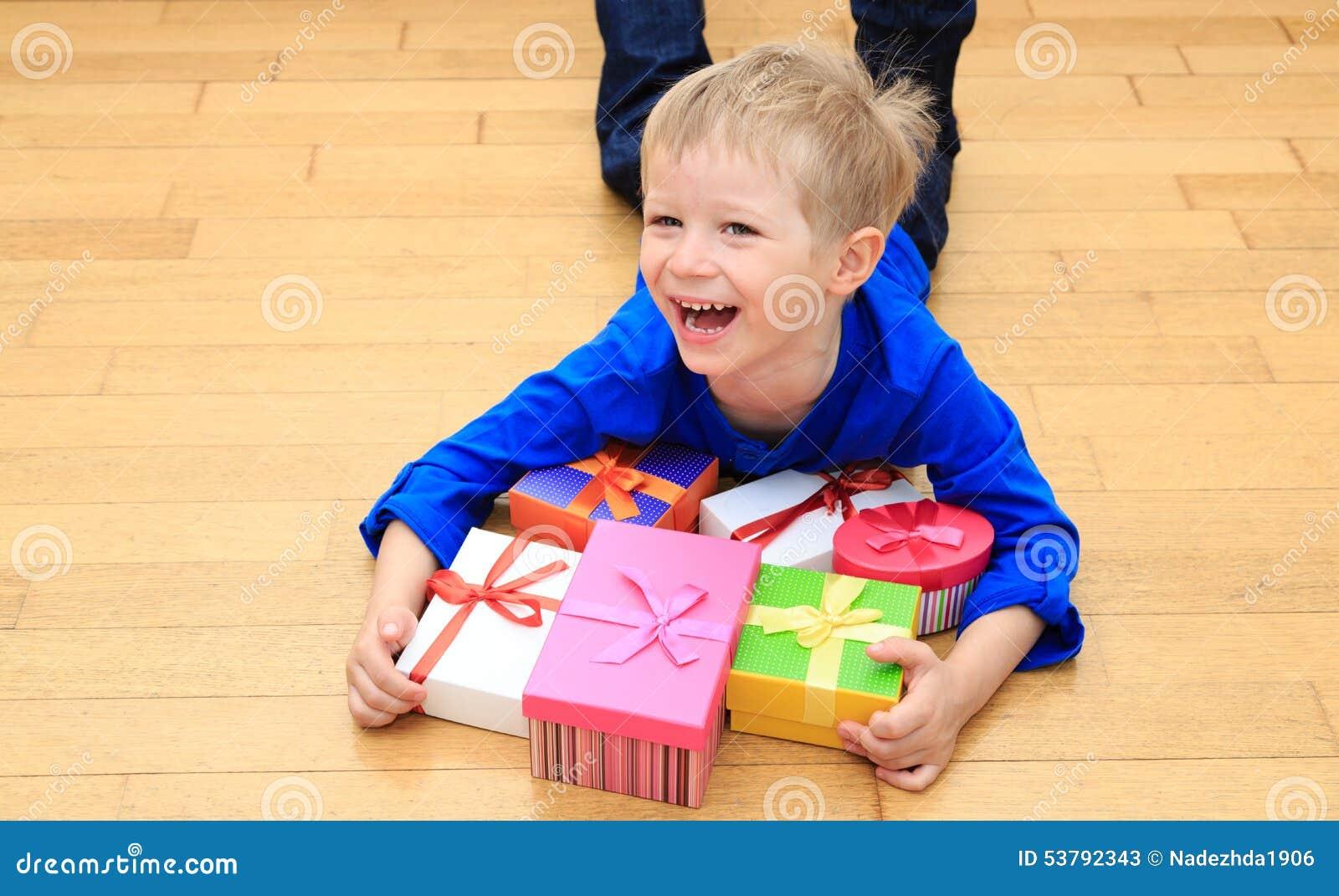 Szczęśliwy dziecko bierze teraźniejszość przy rodzinnym wakacje
