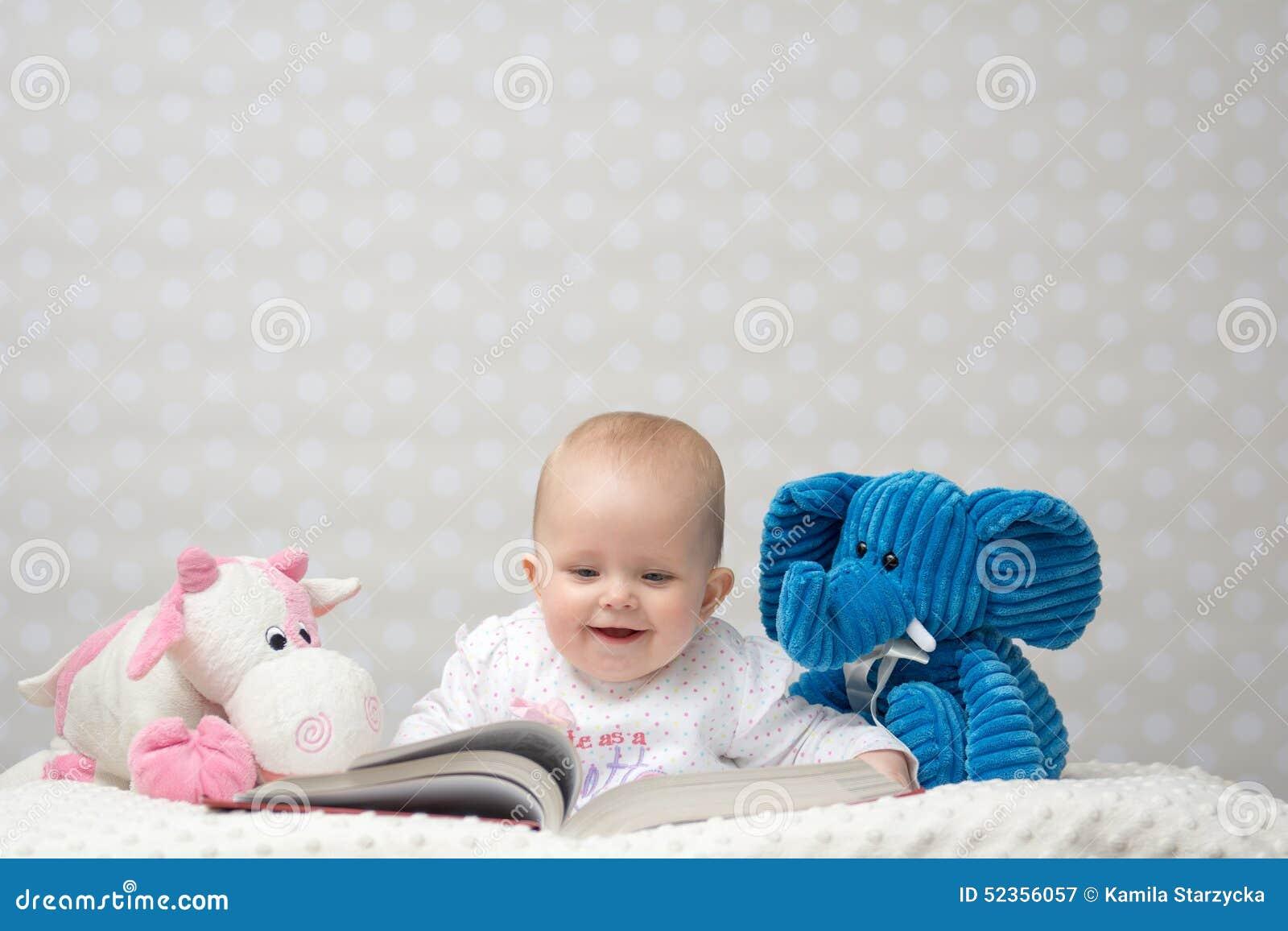 Szczęśliwy dziecko czyta książkę