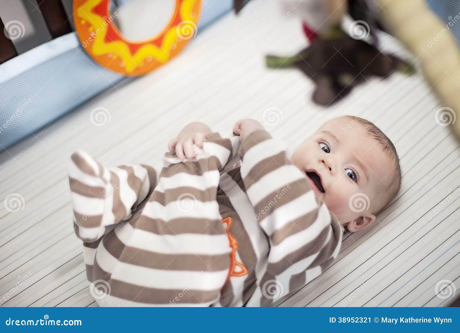 Szczęśliwy dziecko w ściąga