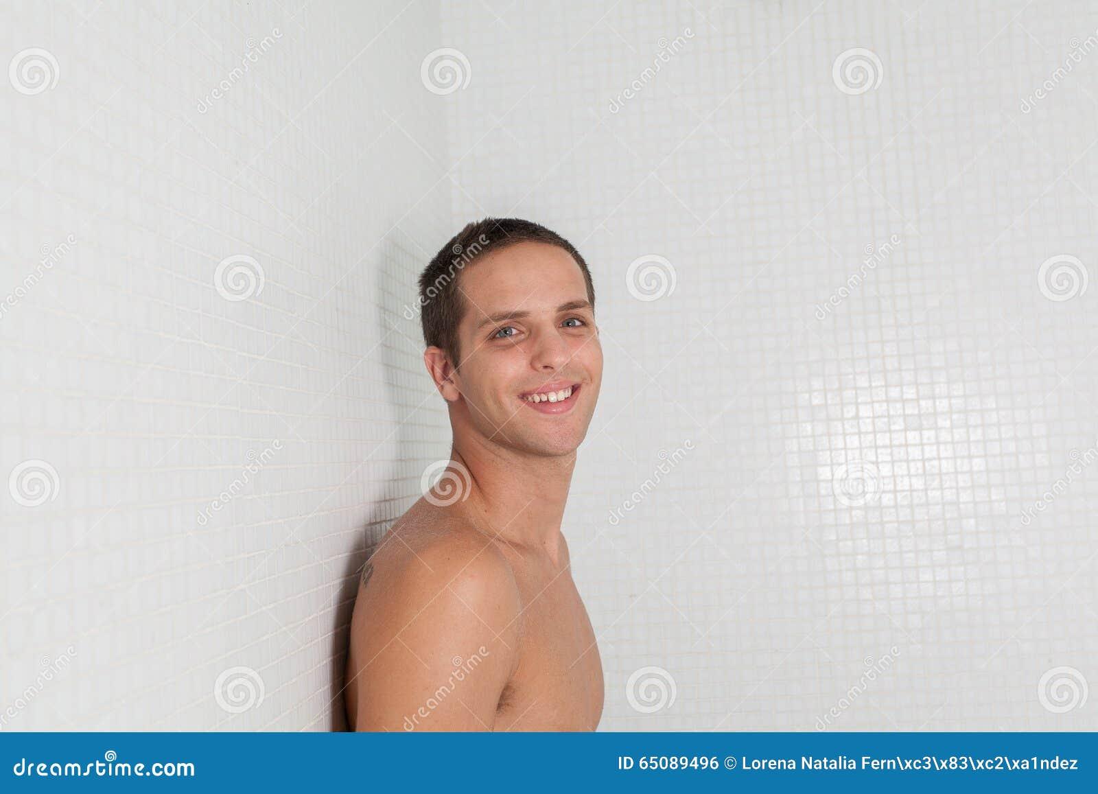 Szczęśliwy facet wśrodku sauna