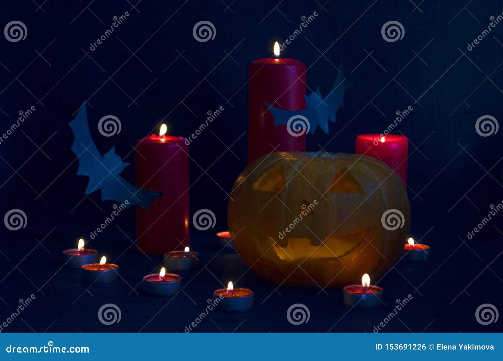 Szczęśliwy Halloweenowy wakacyjnego przyjęcia skład z O Jack «Latarniowe banie, partyjne dekoracje, nietoperze i świeczki na błęk