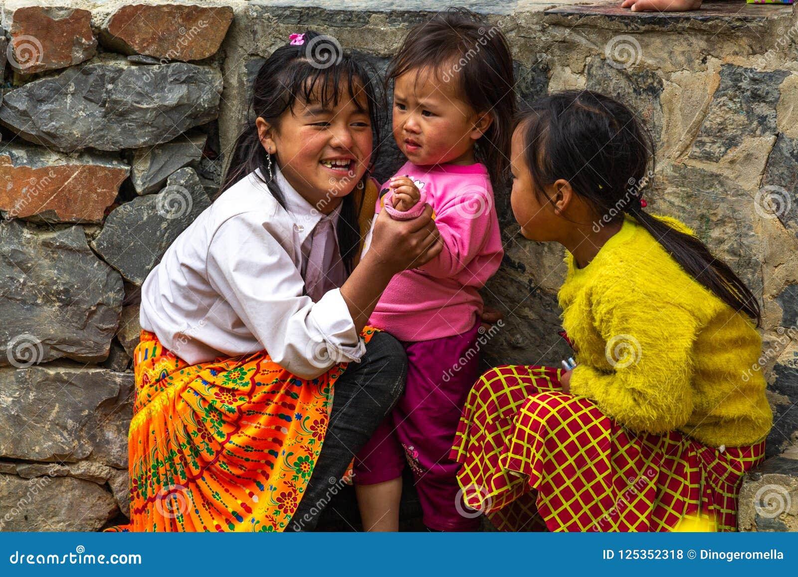 Szczęśliwy Hmong dzieci płuca krzywka Wietnam