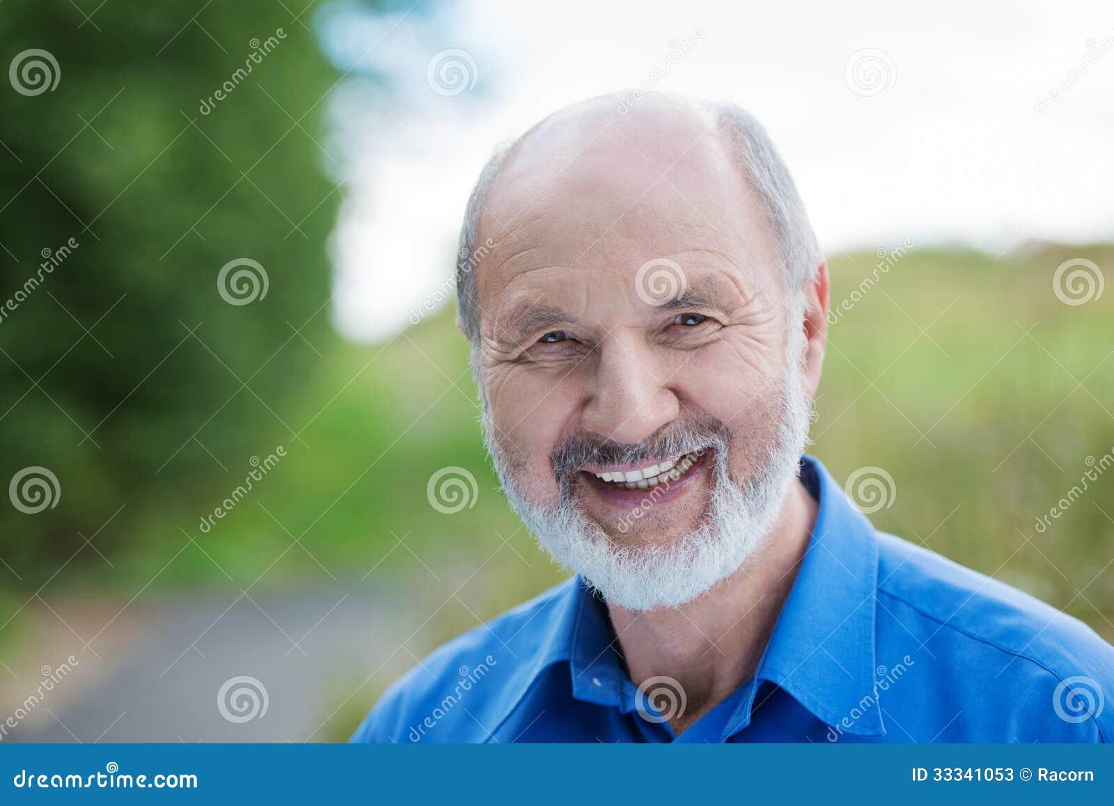 Szczęśliwy Kaukaski przechodzić na emeryturę brodaty mężczyzna, outdoors
