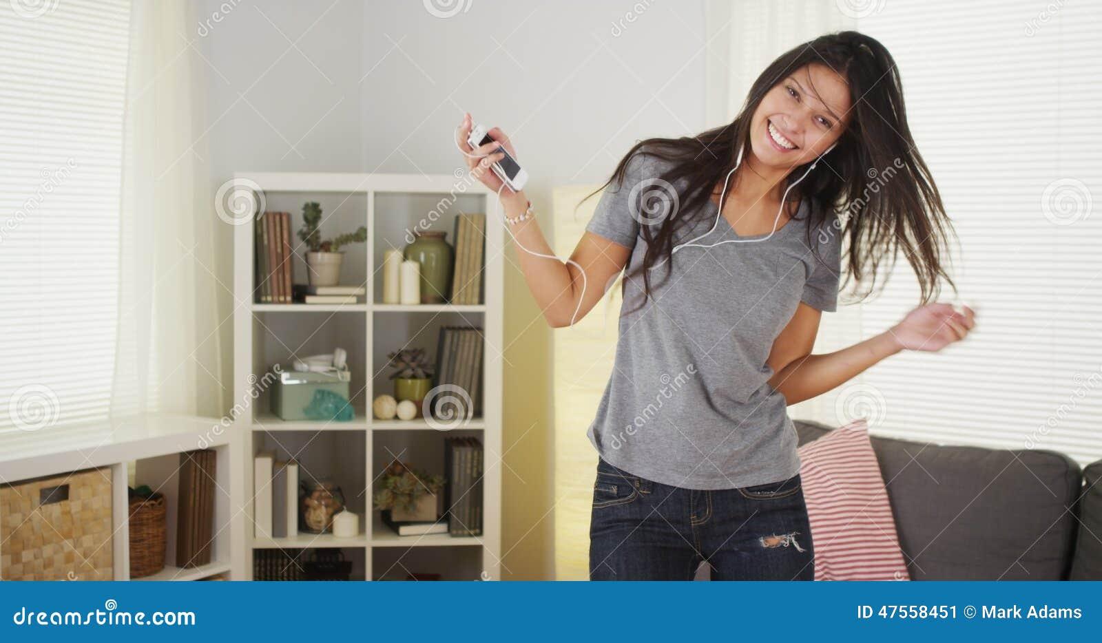 Szczęśliwy kobieta taniec z jej odtwarzacz mp3