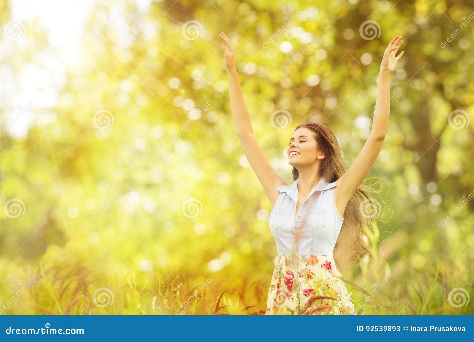 Szczęśliwy kobiety życia styl, Uśmiechnięta dziewczyna Podnosić Otwarte ręki, Plenerowe