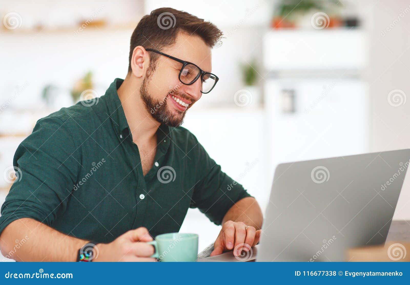 Szczęśliwy mężczyzna biznesmen, freelancer, studencki działanie przy komputerem a