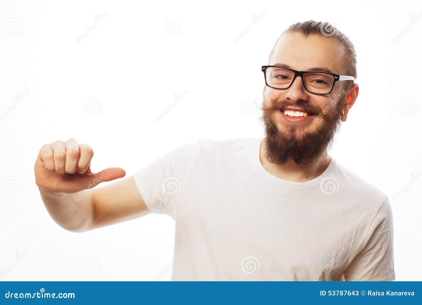 Szczęśliwy mężczyzna daje aprobata znakowi
