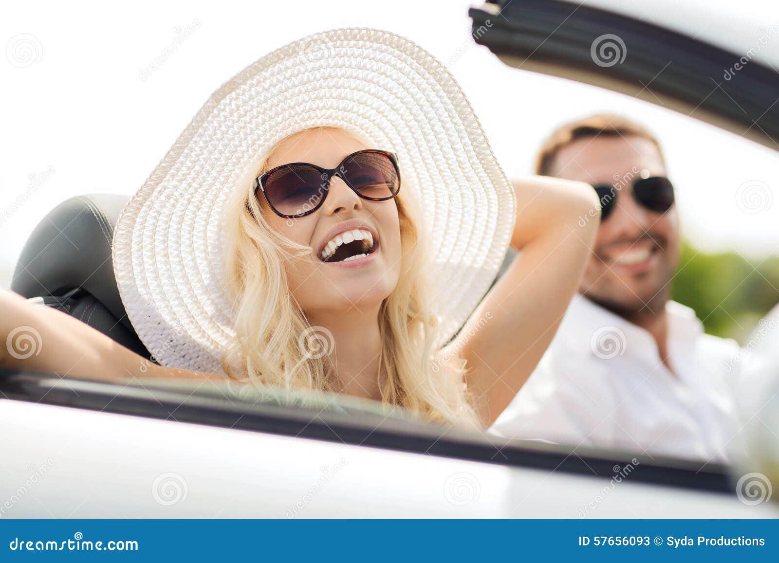 Szczęśliwy mężczyzna i kobiety jeżdżenie w kabrioletu samochodzie