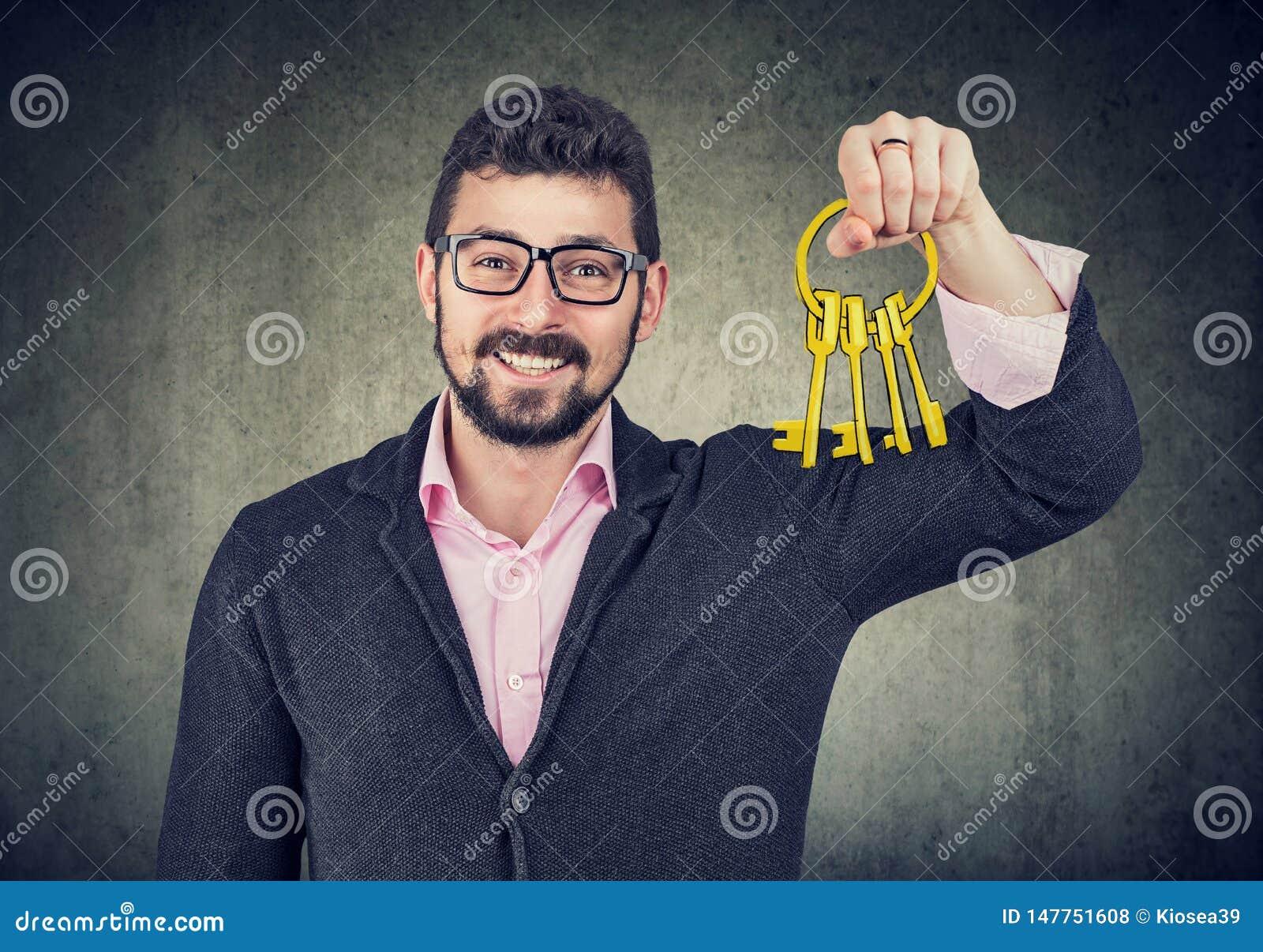 Szczęśliwy mężczyzna trzyma starych klucze