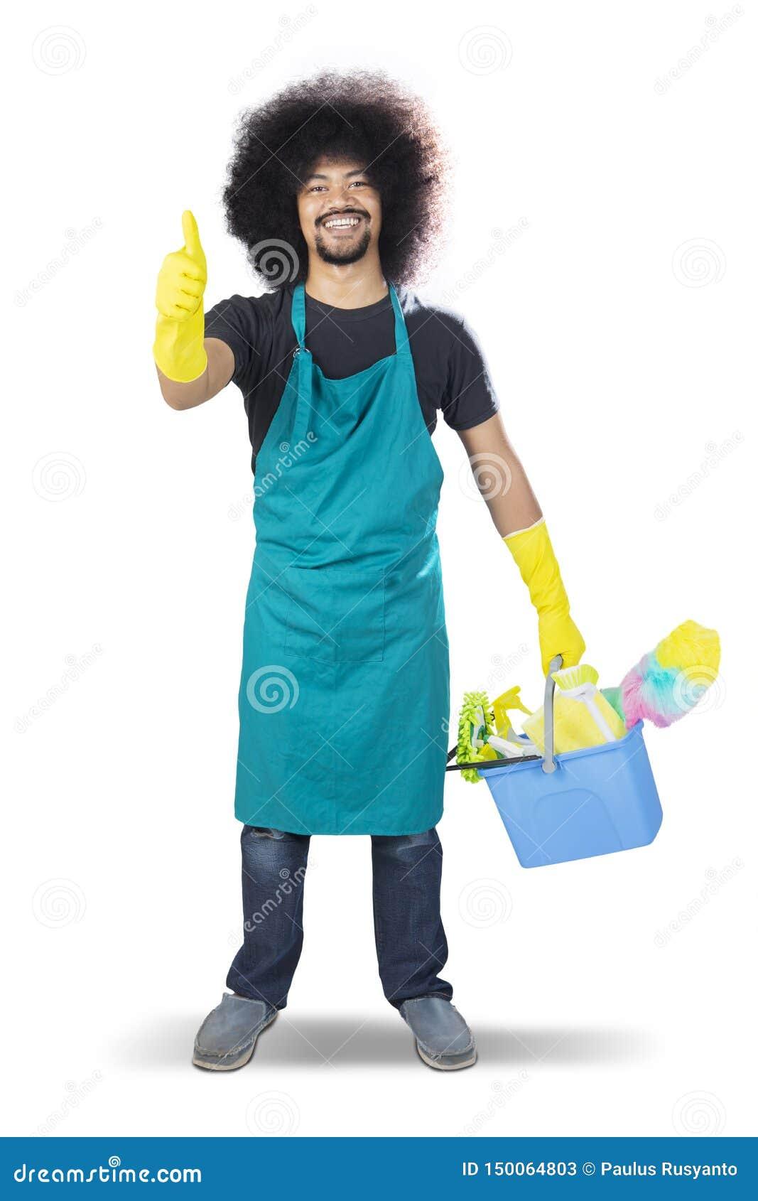 Szczęśliwy męski janitor pokazuje aprobaty na studiu
