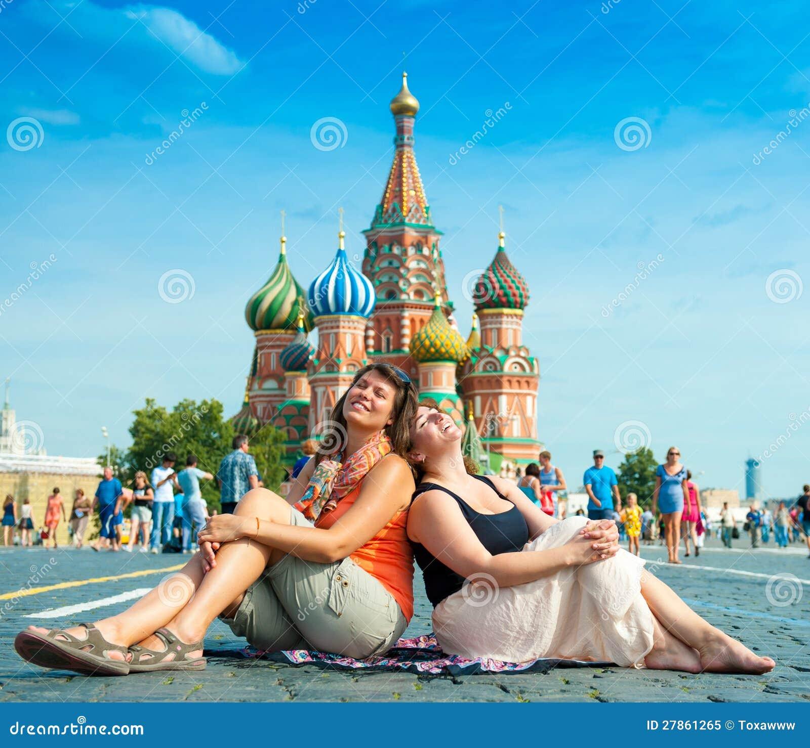 Szczęśliwy młodej kobiety wizyty plac czerwony