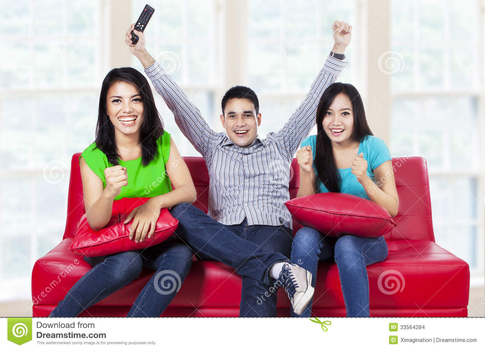 Szczęśliwy młody nastolatek ogląda tv w domu