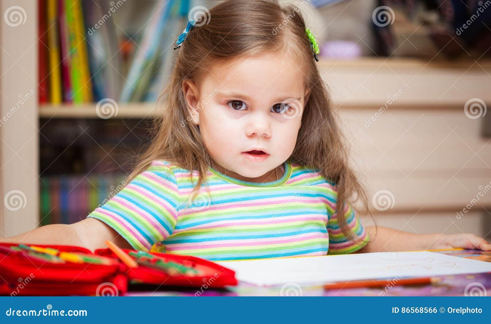 Szczęśliwy mała dziewczynka rysunek z ołówkami