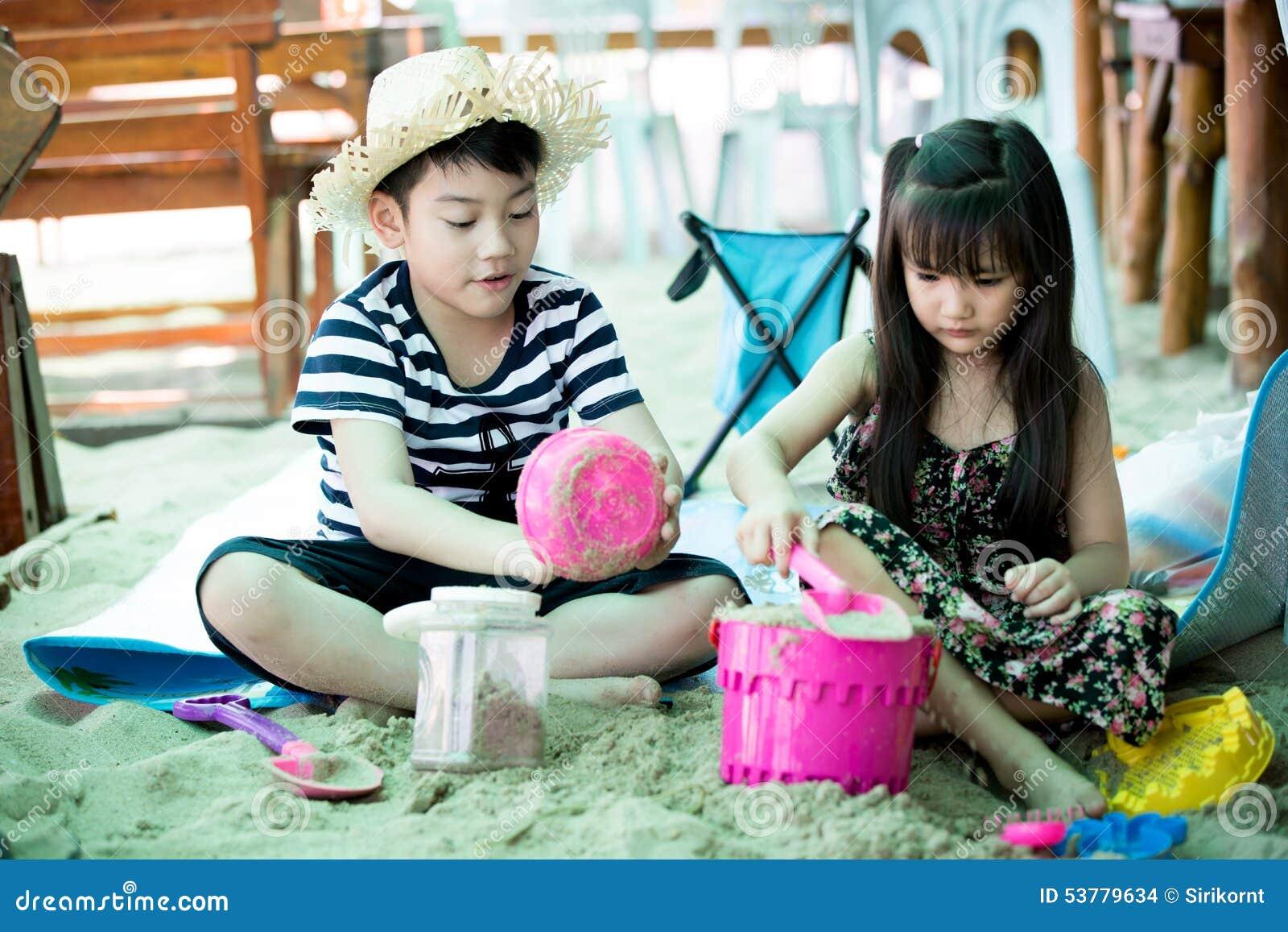 Szczęśliwy małe dziecko bawić się na tropikalnej plaży
