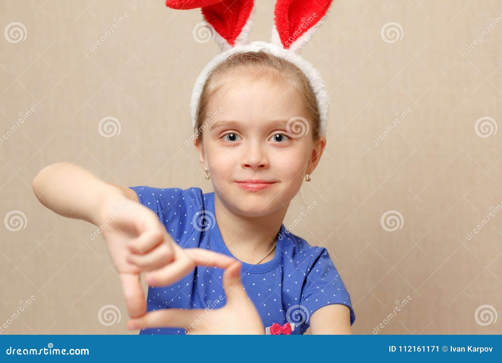 Szczęśliwy mały portret dziewczyny