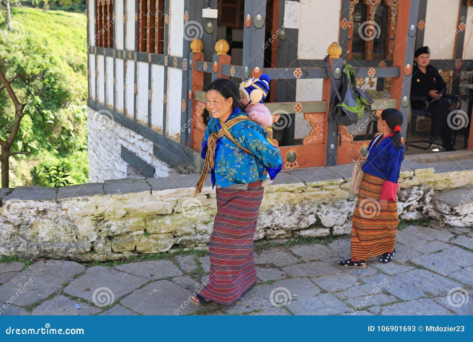 Szczęśliwy Macierzysty przewożenia dziecko w Bhutan