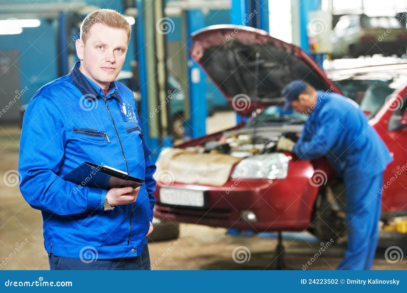 Szczęśliwy mechanika staci obsługi technik