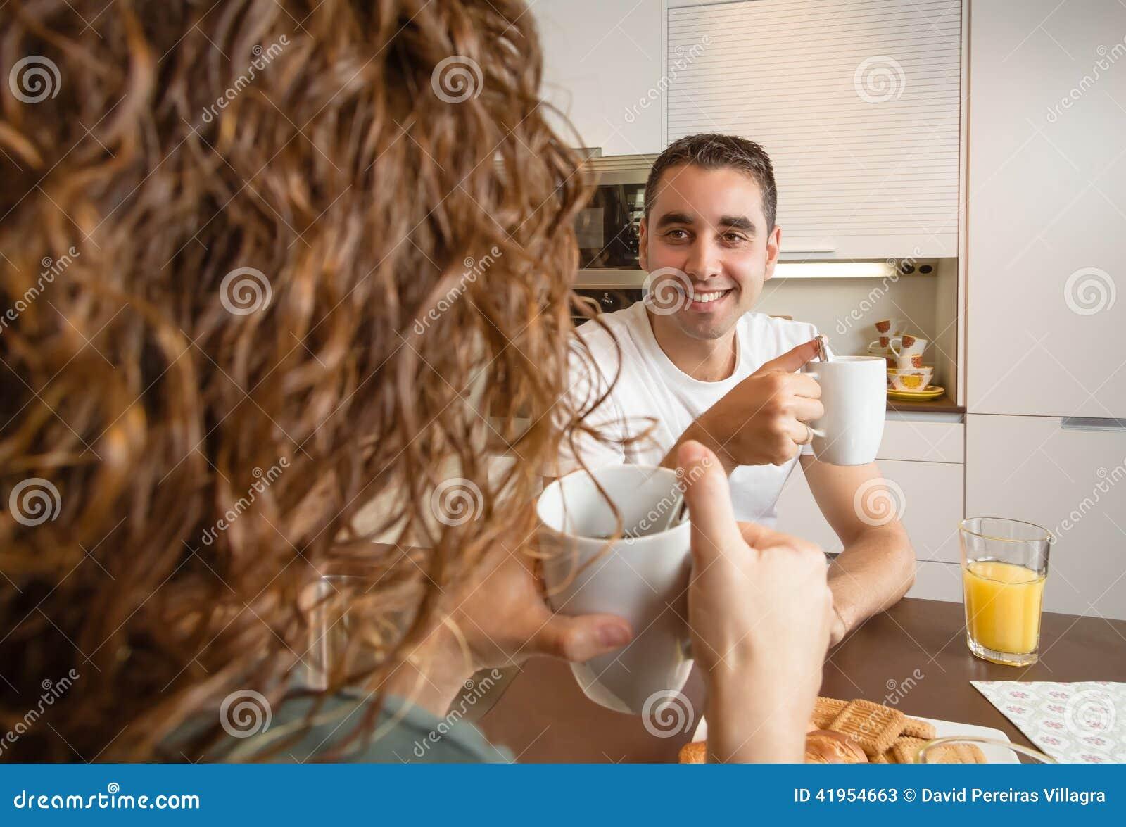 Szczęśliwy miłości pary mówienie przy śniadanie domem