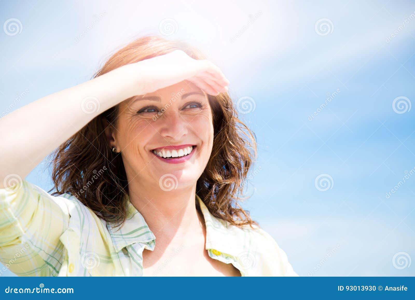 Szczęśliwy midle starzejący się kobiety chronienie od słońca